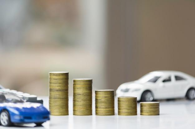 Autoversicherung und autoservice. zeichnen sie diagramm mit stapel münzen und spielzeugauto-, geschäfts- und finanzkonzept.
