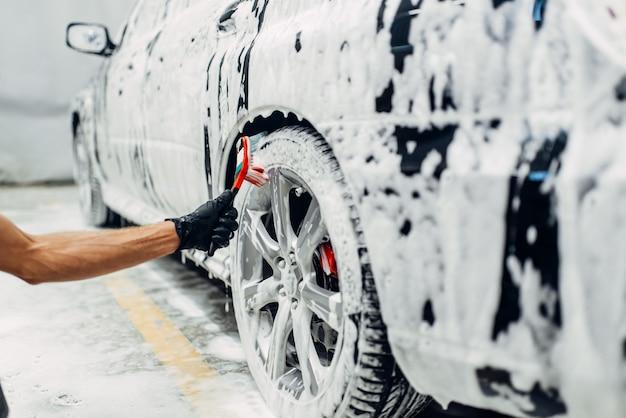 Autowaschdienst, waschen der räder mit bürste