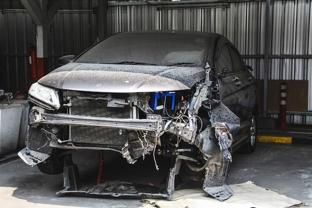 Autowrack auf dem parkplatz mit crash groß beschädigt und kaputt. autounfall- und sicherheitskonzept.
