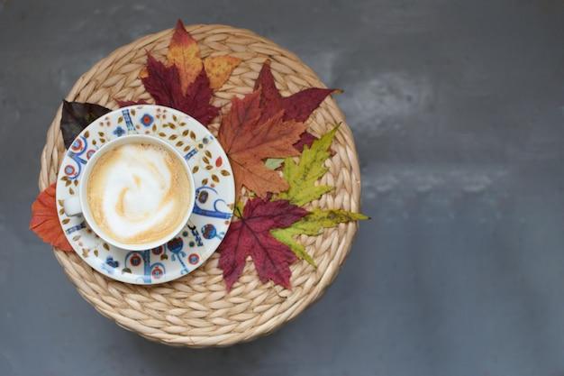 Autumn coffe-schale ahornblätter weidentabelle herbstsaison gemütliches komforthaus flachlage copyspace draufsicht
