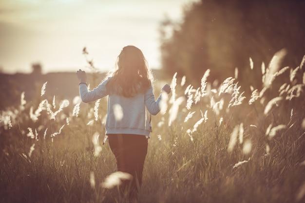 Autumn girl, der natur auf dem feld genießt.