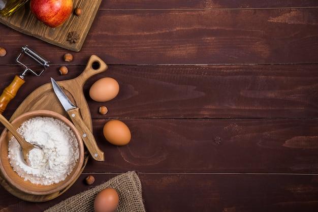 Autumn harvest apples für das backen von süßen kuchen. hintergrund mit exemplar