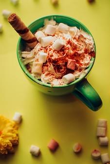 Autumn pumpkin spice latte mit milch, sahne und