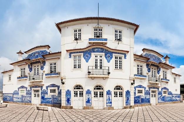 Aveiro, portugal - 2. juli: aveiro-bahnhof mit azulejo am 2. juli 2014 in aveiro, portugal?