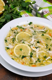 Avgolemono, griechische hühnersuppe mit ei-zitronen-sauce, orzo und frischen petersilienblättern
