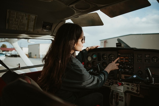 Aviator im cockpit abflugbereit
