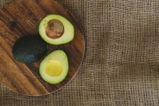 Avocado auf dem tisch