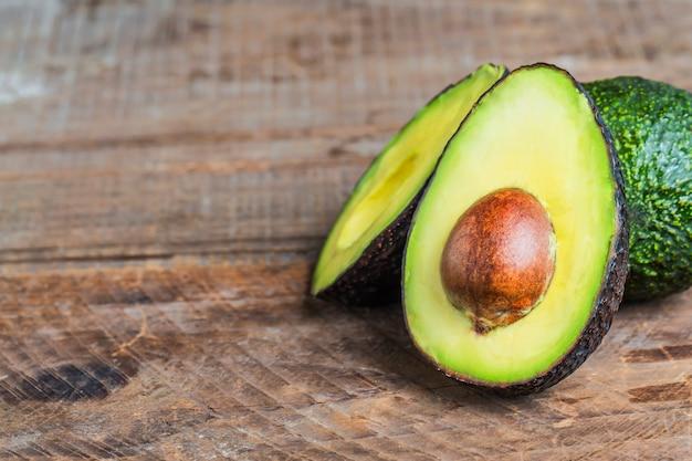 Avocado auf einem dunklen holz hintergrund