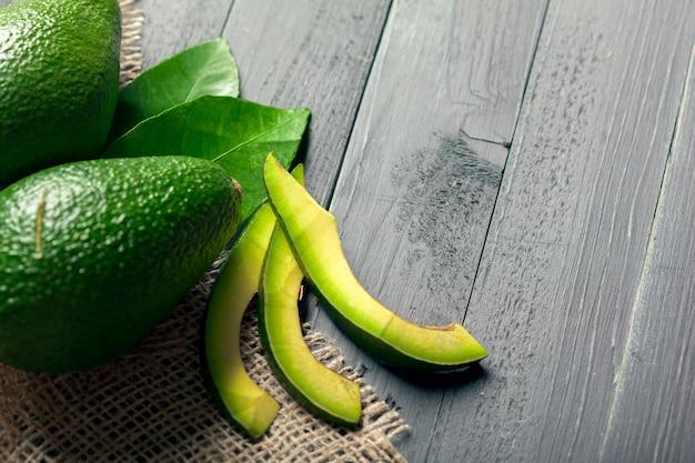 Avocado auf einem holz