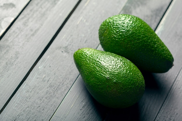 Avocado auf einem holztisch