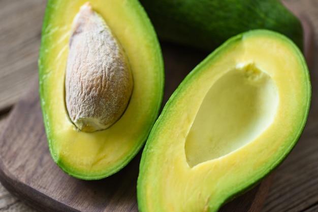 Avocado auf holzschneidebrett