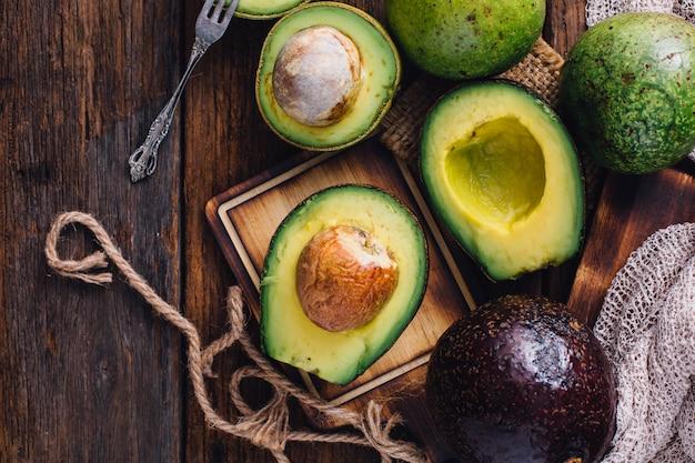 Avocado auf holztisch