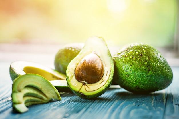 Avocado auf holzwand serviert