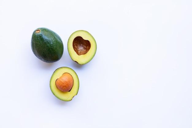 Avocado auf weißem hintergrund. herzform, textfreiraum