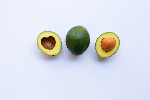 Avocado auf weißem hintergrund.