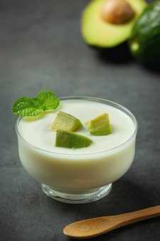 Avocado avocado joghurt produkte aus avocado food nutrition konzept.