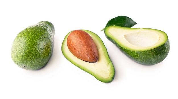 Avocado, beschneidungspfad, lokalisiert auf weißem hintergrund voller schärfentiefe.