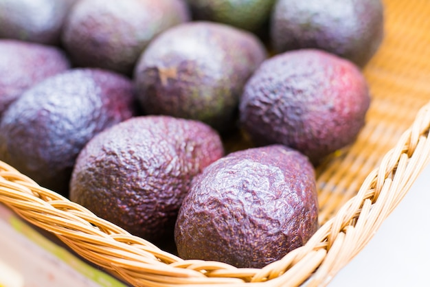 Avocado bezieht sich auch auf die frucht des avocadobaums