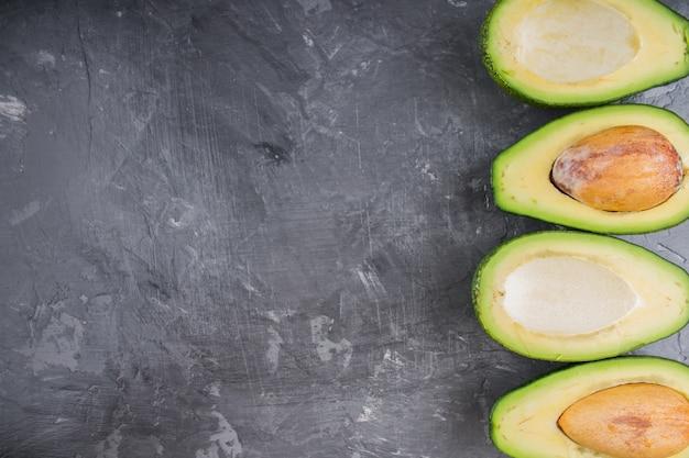 Avocado. frische avocado palta auf schwarzem hintergrund. guacamole zutat.