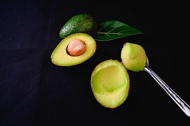 Avocado frucht und avocado blätter