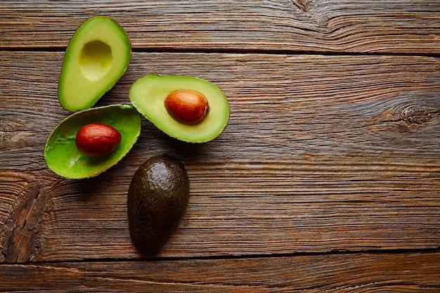 Avocado geschnitten auf gealterte hölzerne tischplatte