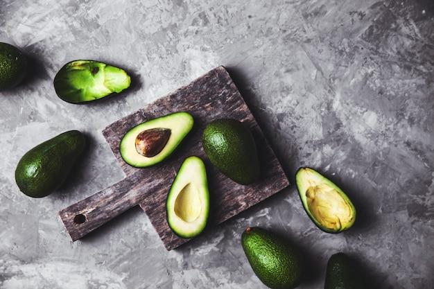 Avocado. gesundes essen auf dem tisch. rustikales brett.