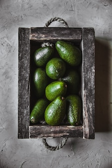 Avocado. gesundes essen auf dem tisch. vintage holzkiste