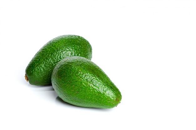 Avocado getrennt auf einem weißen hintergrund