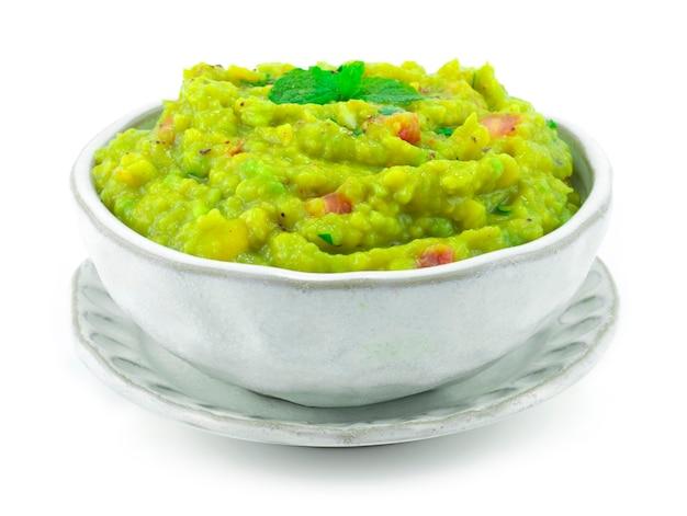 Avocado guacamole, limettensaft, salz, zwiebel und chili rezept. es ist glatt und cremig dip mit crunchy