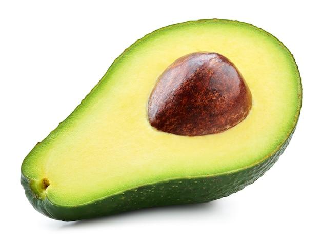 Avocado halb isoliert auf weißem hintergrund. reife frische grüne avocado clipping path