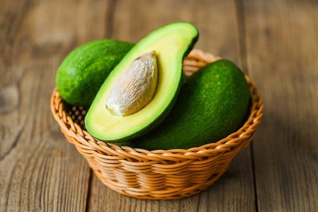 Avocado in einem korb auf einem holztisch