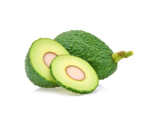 Avocado isoliert auf weißem hintergrund