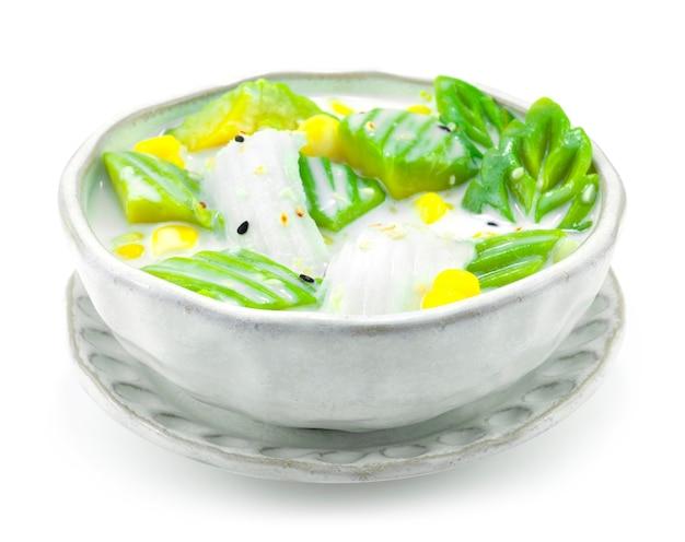 Avocado mit kokosmilch serviert mit corn fusion dessert thai mix