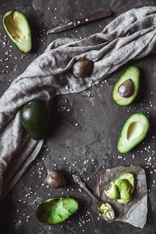 Avocado. nützliches essen auf dem tisch. landhausstil
