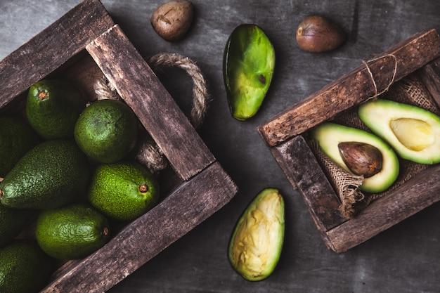 Avocado. nützliches essen auf dem tisch.