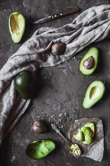 Avocado. nützliches essen auf dem tisch