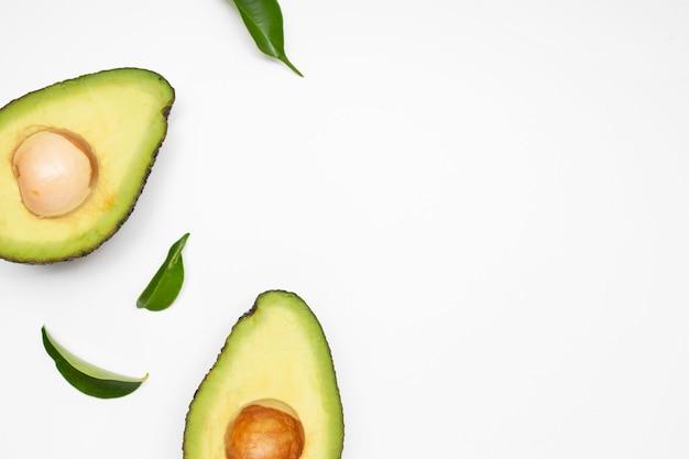 Avocado-set isoliert auf weißer oberfläche