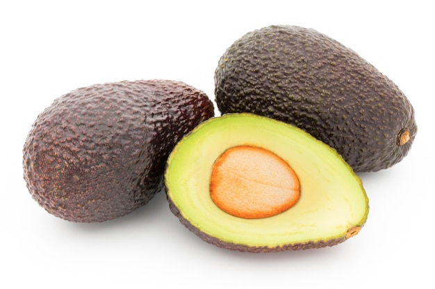 Avocado stücke gesetzt lokalisiert auf weißem hintergrund.