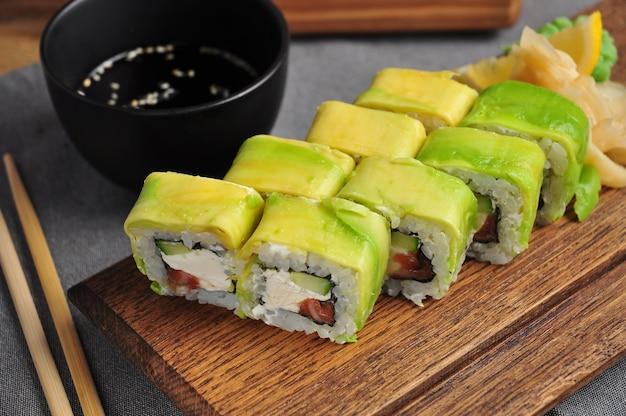 Avocado-sushi-rolle mit lachsgurke und frischkäse