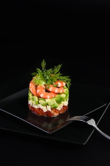 Avocado-tatar mit mozzarella, tomaten und garnelen.