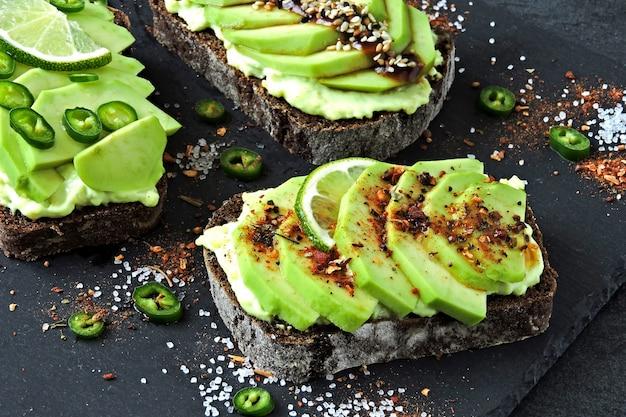 Avocado-toast auf einem steinbrett.