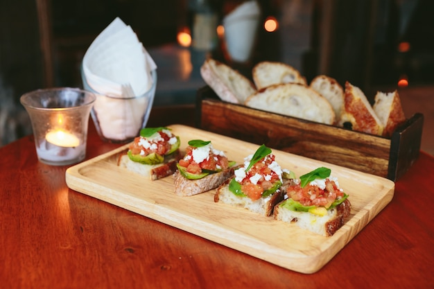 Avocado-toast mit cherry tomatoes und feta-käse
