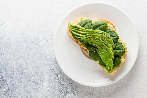 Avocado-toast mit humus. vegetarisches essen. vollwertkost.