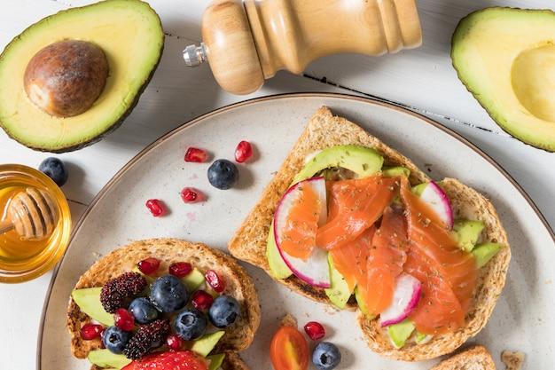 Avocado-toast mit verschiedenen belägen