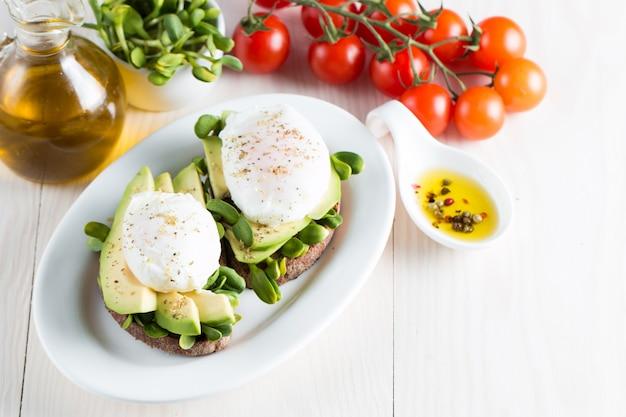 Avocado-toast und pochierte eier.