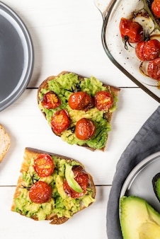 Avocado und geröstete tomaten toast