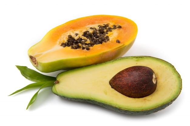 Avocado und papaya halbiert