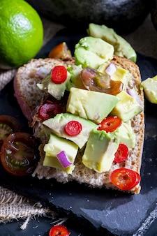 Avocado-, zwiebel-, chili- und limettensaft auf toast