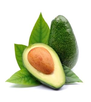 Avocadofrüchte lokalisiert auf weißem hintergrund