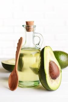 Avocadoöl auf tisch auf licht